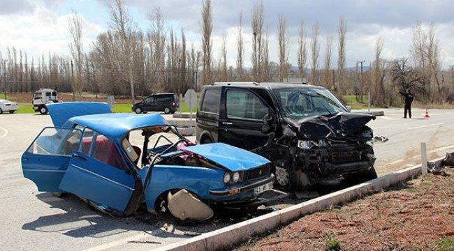 Kütahya'da minibüs ile otomobil çarpıştı: 2 ölü, 2 yaralı