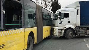 TIR belediye otobüsüne yandan çarptı, yolcular araçta savruldu