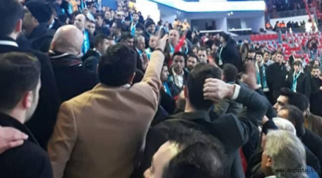 İstanbul'daki Ak Parti aday toplantısında kavga: Polis müdahale ediyor!