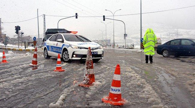 Kahramanmaraş - Kayseri yolu ulaşıma kapandı, bazı ilçelerde okullar tatil edildi