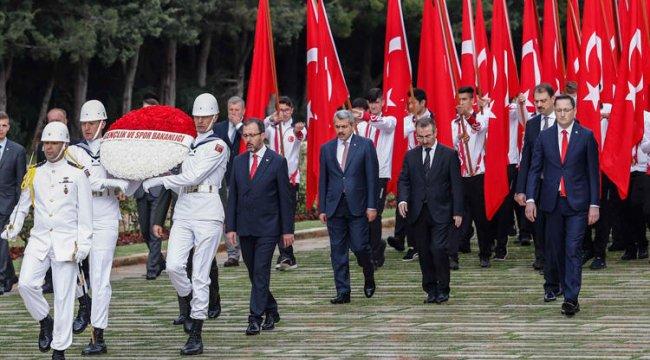 Bakan Kasapoğlu, gençlerle Anıtkabir'de