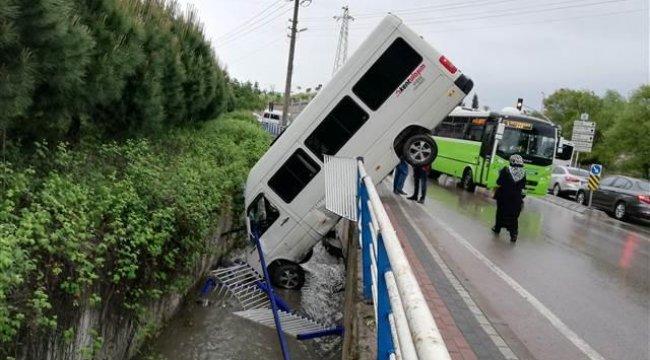 Dereye düşen minibüs, motorunun üzerinde dik durdu