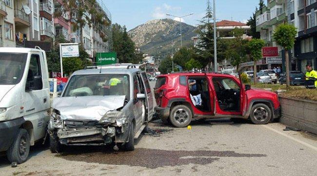 Trafikte birbirlerine silahla ateş açıp kaza yaptılar