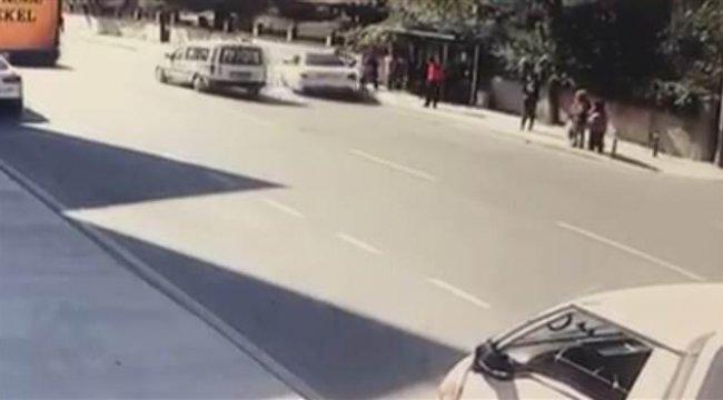 Pendik'te feci kaza! Otomobil otobüs durağına daldı: 4 yaralı