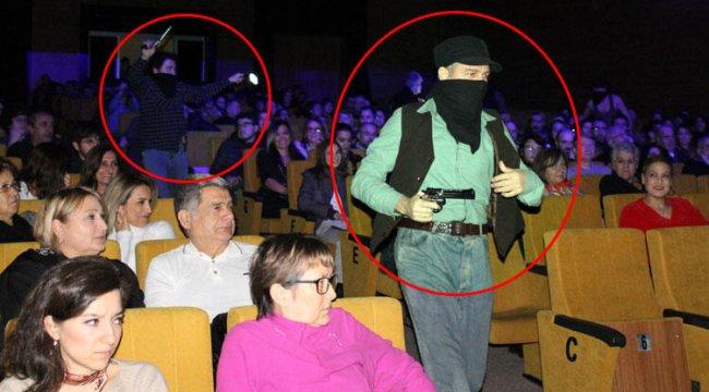 Öğrencilerin izlediği tiyatro oyununda şok görüntüler!