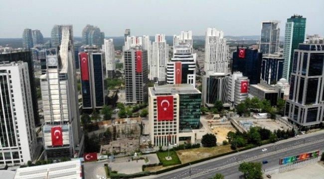 İstanbul'da gökdelenler 19 Mayıs için Türk Bayrakları ile süslendi