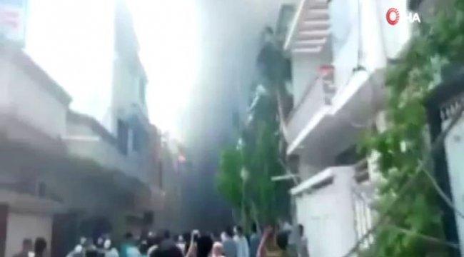 Pakistan'da yolcu uçağı yerleşim alanına düştü