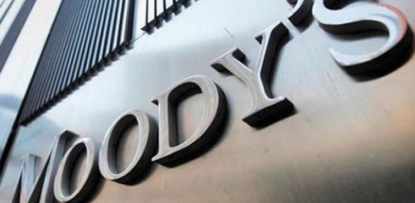 Moody s 14 bankanın notunu düşürdü